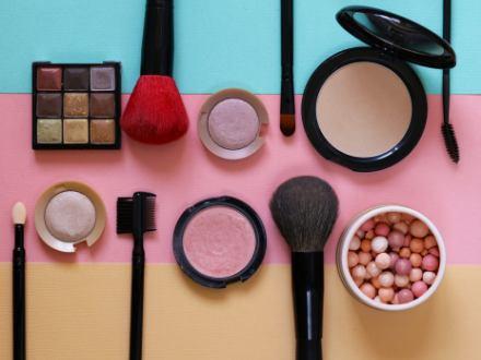 Jak si obléknout šaty a neušpinit je od makeupu?